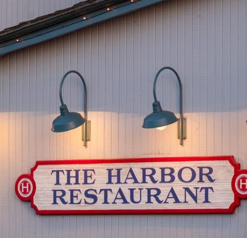 Pier-Landschaft mit den typischen Meerestier-Restaurants.